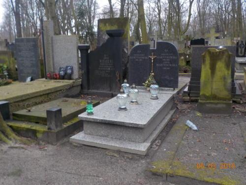 Grób na cmentarzu w Warszawie przed sprzątaniem